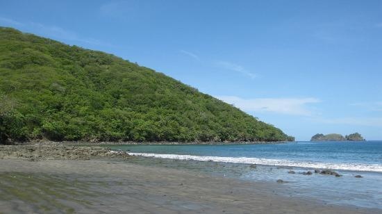 Playa Hermosa: Hills to the south with tidal pool rocks