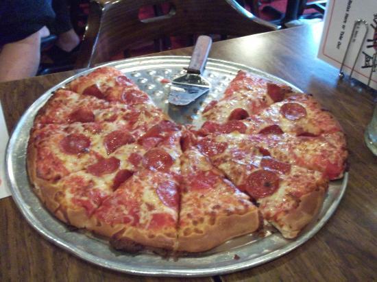 Pizza Pub : Traditional crust pepperoni pizza - DELICIOUS!
