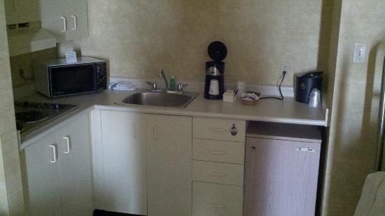 Best Western Plus Rose City Suites: Kitchenette.