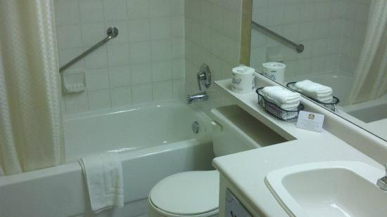 Best Western Plus Rose City Suites: Bath facilities.