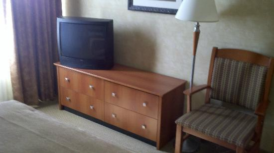 Best Western Plus Rose City Suites: TV and dresser.