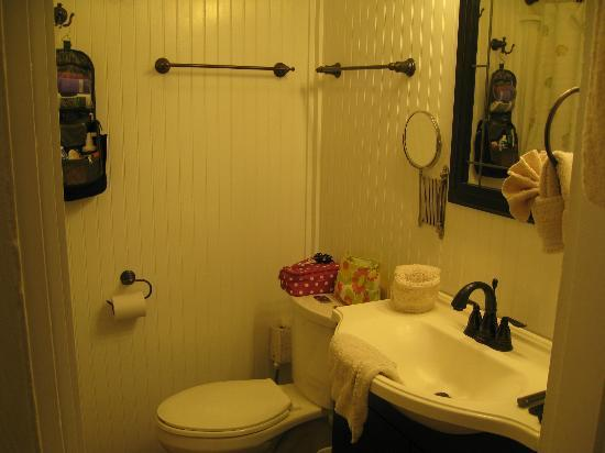 Rose Lane Villas: Clean bathroom