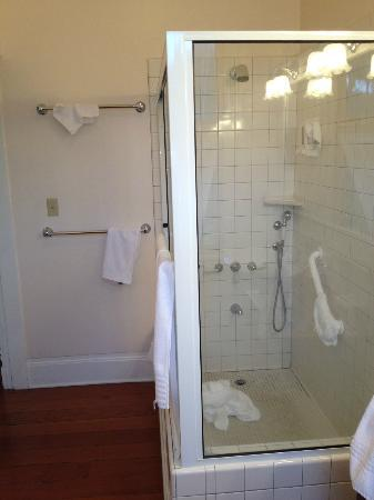 Shipman House Bed and Breakfast Inn: nice shower in ensuite bathroom, Aunt Carrie's room, Shipman House B&B