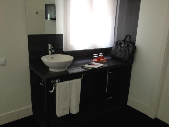 Room Mate Mario: parte del baño integrado en la habitación