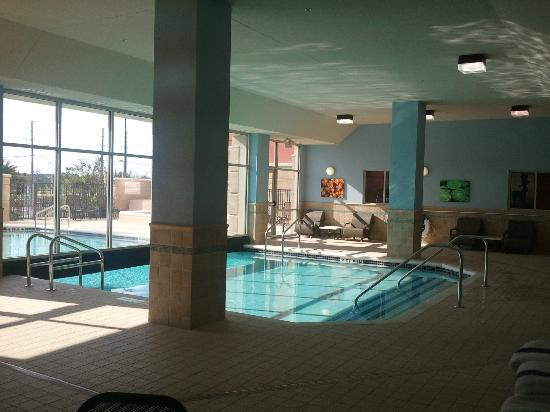 Drury Inn & Suites Orlando: The inside area of the pool, not too many indoor pools in Orlando!