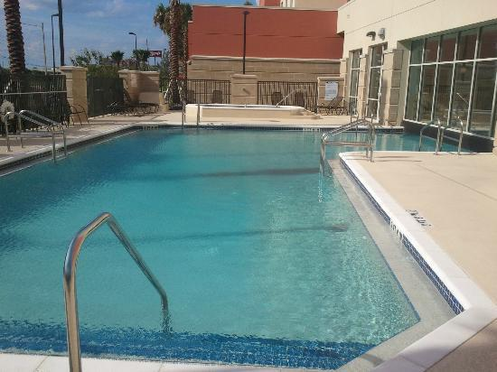 Drury Inn & Suites Orlando: The outside pool area (the hot tub is in the background)