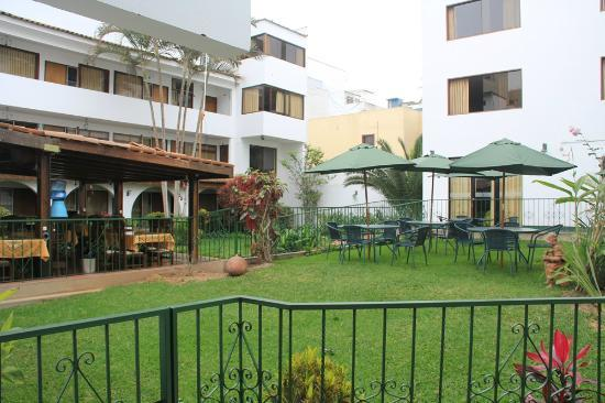 Miraflores Hostal Senorial: Courtyard and dining area