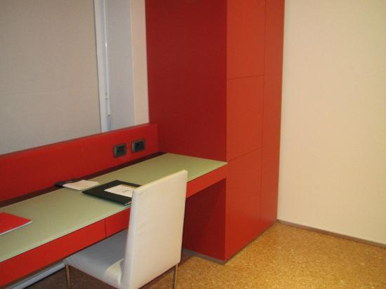 UNA Hotel Bologna: Room 607, desk area