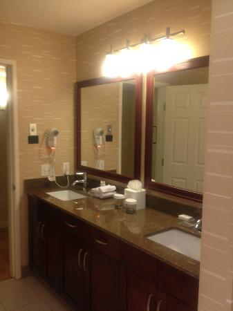 Homewood Suites Seattle Convention Center Pike Street: Large Bathroom