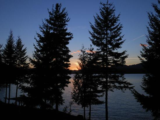 The Lodge at Sandpoint: Awesine Sunsets from our balcony
