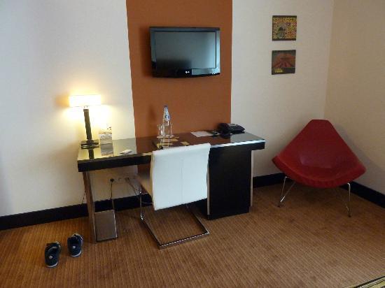 Hotel Grand Majestic Plaza Prague: Desk and TV