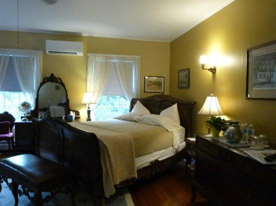 Applewood Manor Inn Bed & Breakfast: York Imperial room