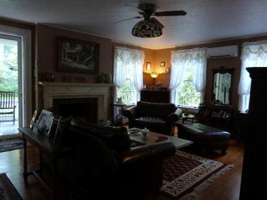 Applewood Manor Inn Bed & Breakfast: Family Room for all to use