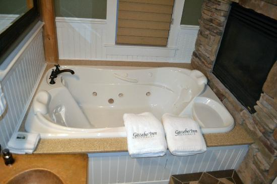 Gazebo Inn Ogunquit: Best tub ever!