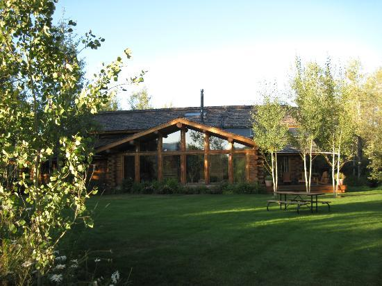 Wildflower Lodge at Jackson Hole: Back of inn