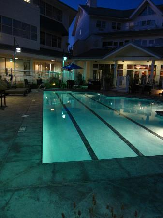 Sheraton Sonoma County - Petaluma: Hotel Pool at night- closes at 10-no lifeguard