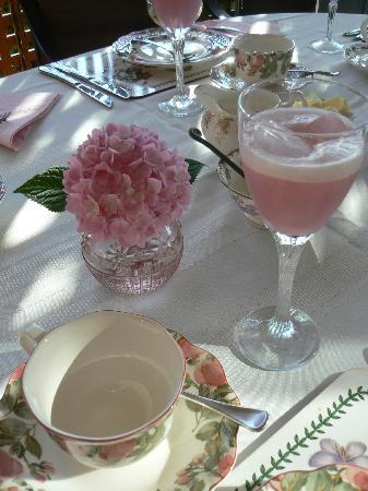 A Touch of English Bed & Breakfast: Finishing touches to an elegant table setting