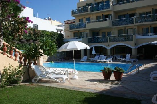 Petra Beach Hotel and Apartments : piscine