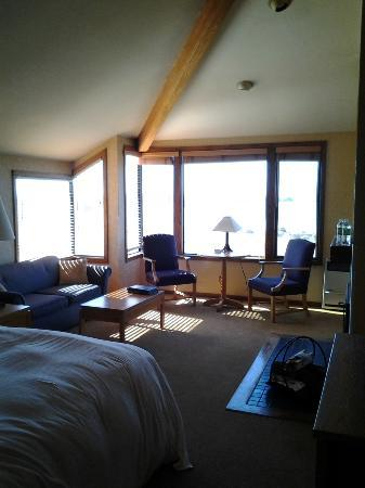 Inn at the Tides: Sunny Corner Room with Vaulted Ceiling