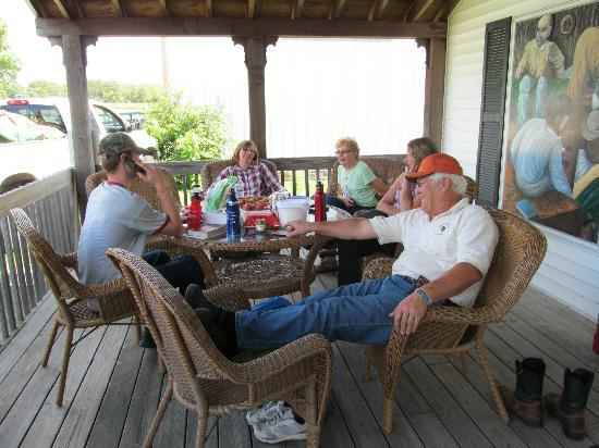 Kettle Moraine Country Inn: Relaxing on the porch.