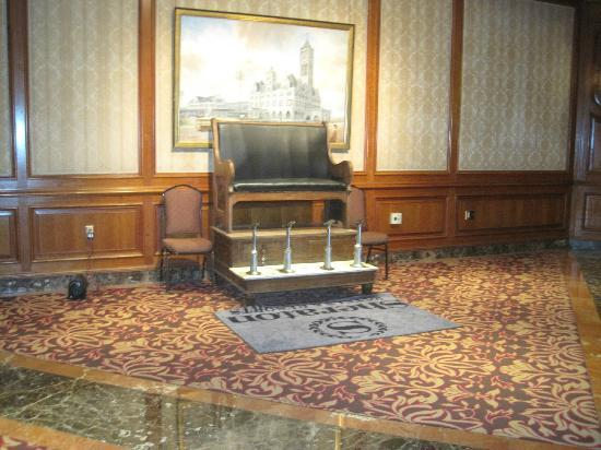 Sheraton Music City Hotel: Shoe shine station