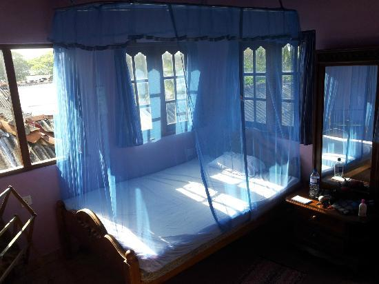 Fort Inn Guest House: The bed, well protected from any mozzies