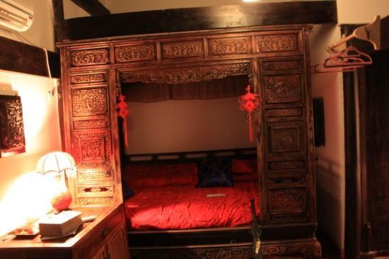 Hui Boutique Hotel: lit tres confortable et charmant