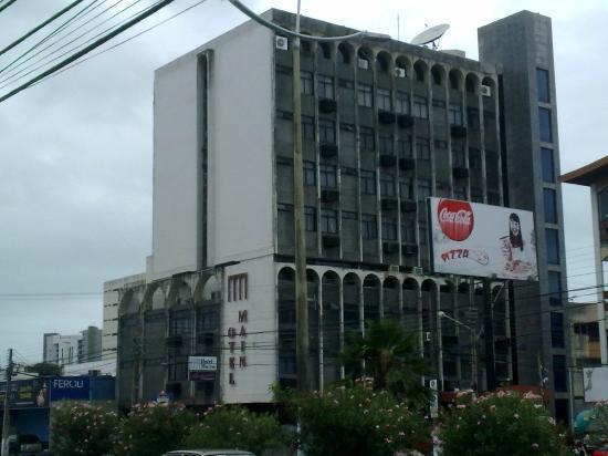 Hotel Maine : già l'aspetto esterno non promette bene..sia lafacciata, sia l'H di hotel che si è staccata ..