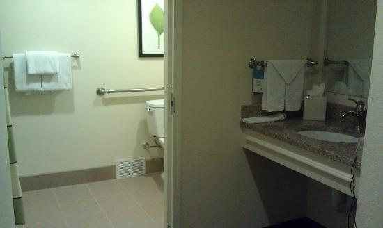 فيرفيلد إن باي ماريوت ألبكاكركي: bathroom 