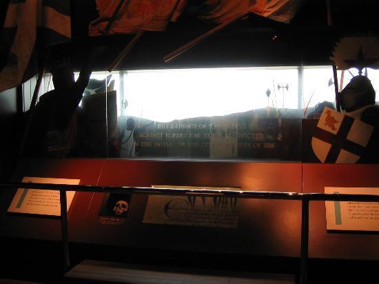 Tullie House Museum & Art Gallery: 音響効果で戦争状態を再現している。白い部分は窓でカーライル城が見える