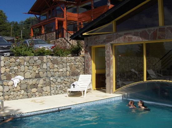 Hosteria Rihue: Solarium y piscina