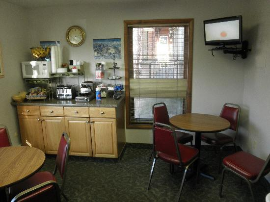 Snowshoe Motel: Breakfast area