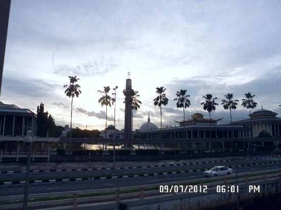 Pusat Belia Youth Hostel: Picture from window. The dome-shape is the Royal Regalia