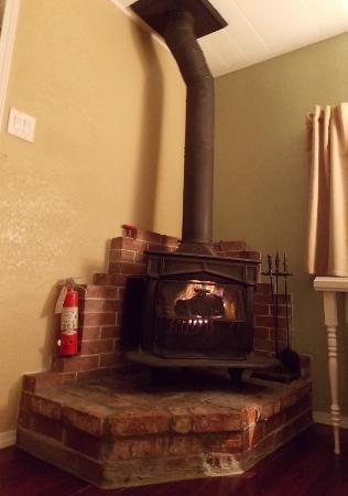 Fern Valley Inn: Fireplace (cabin #7)