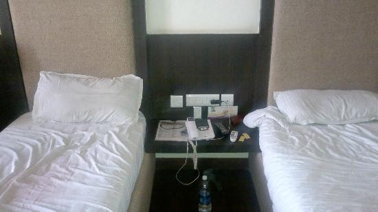 Hotel Mandakini Jaya International: bed & center table