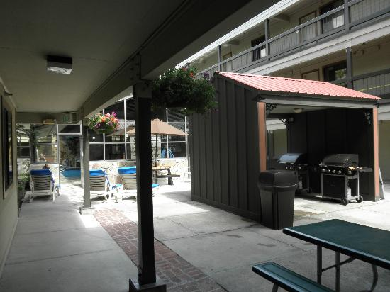 Park Regency Hotel: BBQ Hut and Picnic Tables
