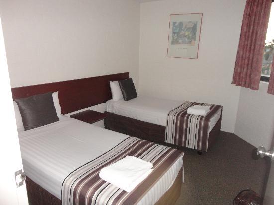 Atrium Resort Hotel Mandurah: Twin bed bedroom