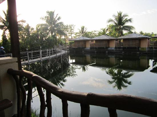 El Puerto Marina Beach Resort & Spa: bungalow rooms/fish pond area