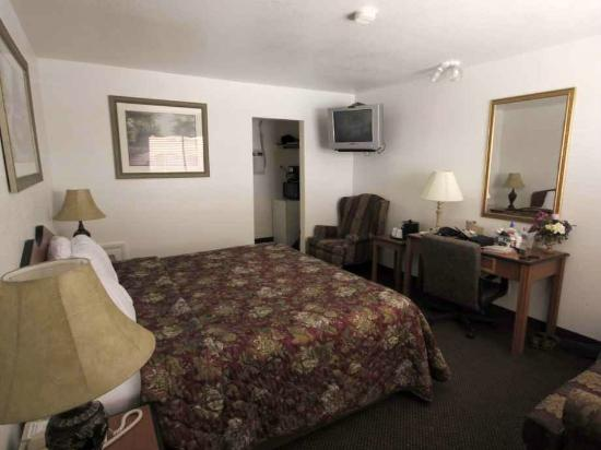 Grand Junction Palomino Inn: Fridge, microwave, coffee maker visible in the closet