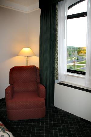 La Quinta Inn & Suites Madison American Center: Comfortable recliner chair in room