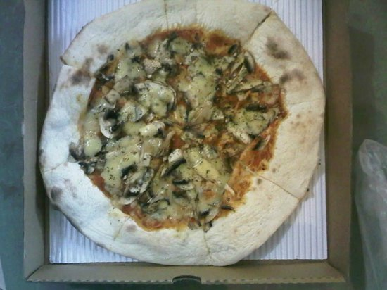 Izzi Pizza: fungi pizza with a good sized crust of dough
