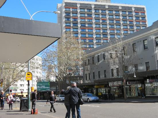 Mercure Sydney Potts Point: the hotel bulding, view from Kings Cross area
