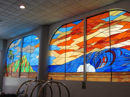 Waikiki Resort Hotel: Stained Glass Windows in Lobby