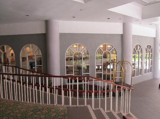 Waikiki Resort Hotel: Lobby Area