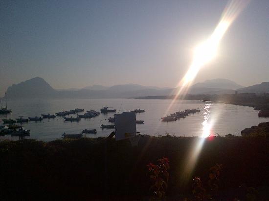 Residence Tamarea: la vista dalla piscina...alle 8 di mattina...