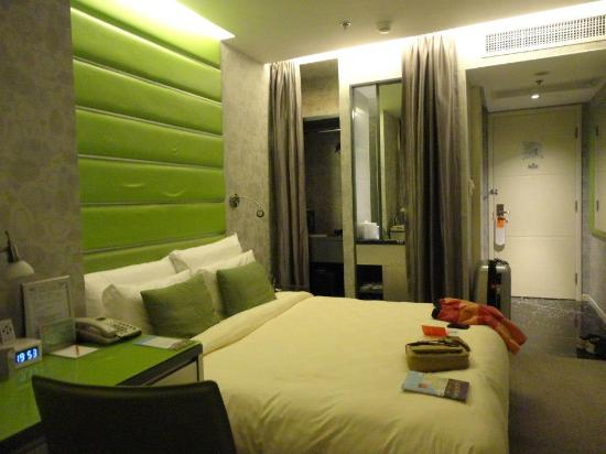 Cosmo Hotel Hong Kong: the bed room