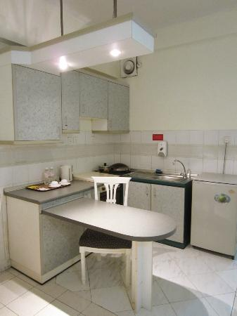 Promenade Hotel Apartments: Kitchenette