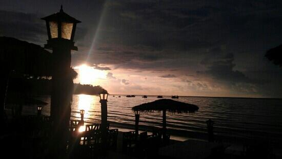 Andaman Bangtao Bay Resort: beautifull sunset at dinner :) Aussies bev