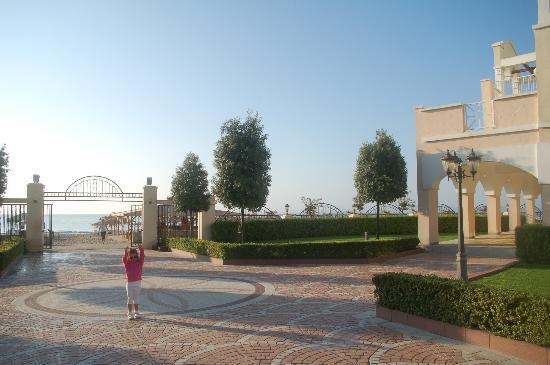 Sunset Resort: Weg zum Strand