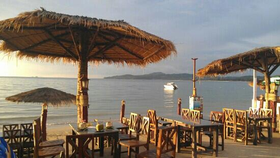 Andaman Bangtao Bay Resort: flat morning perfect for any activities.. Aussie Bevan